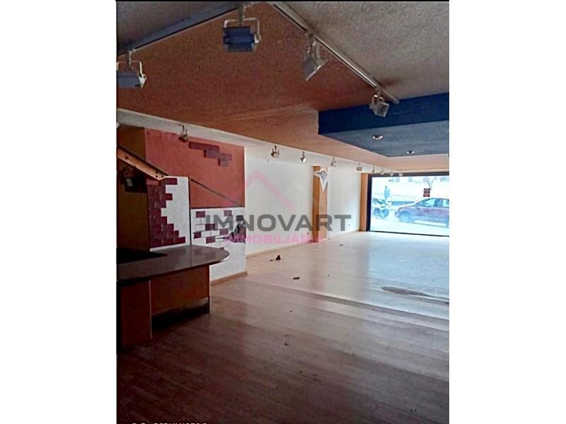 Es lloga local de 75m2 comercial, apte per restaurant, botiga o despatx situat a Terra Vella.